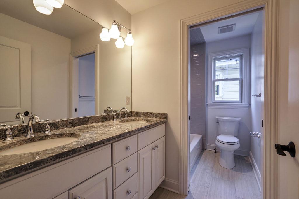 jack-and-jill-bathroom-privacy-wall